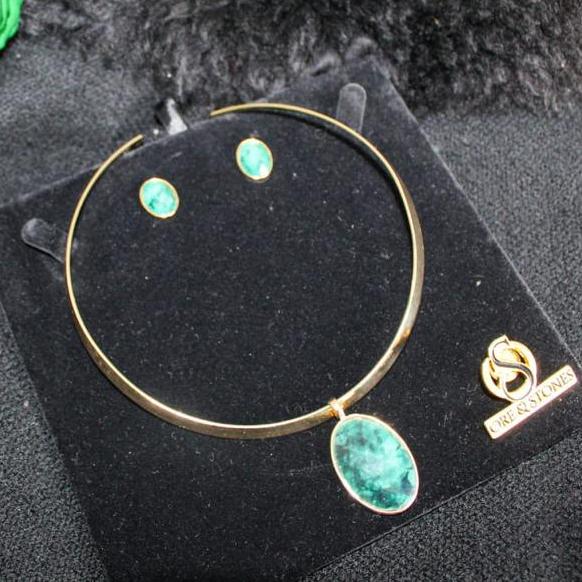 6-gargantilha-e-brincos-banhados-a-ouro-com-esmeralda-natural